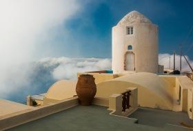 Santorini - Een oude windmolen in Imerovigli in de wolken