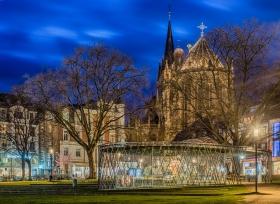 Archäologische Vitrine und Dom in Aachen