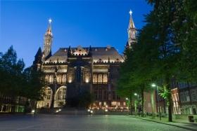 Das Rathaus von Aachen vom Katschhof aus gesehen bei Nacht