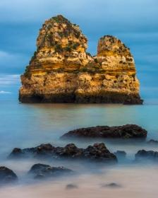 Rotsformatie bij Praia do Camilo aan de Algarve (Portugal)