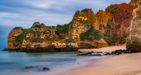 Praia do Camilo aan de Algarve Portugal met een prachtige rotskust