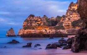 Praia do Camilo, Lagos, Algarve bij het diepe blauwe uurtje