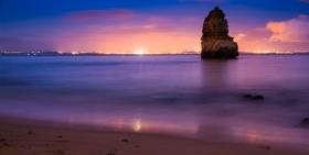 Een rots aan de Praia do Camilo Algarve Portugal bij nacht