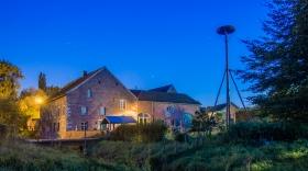 Baalsbruggermolen bij Nacht met nestplaats voor ooievaars