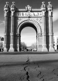 barcelona_arc_de_triomf_bw.jpg