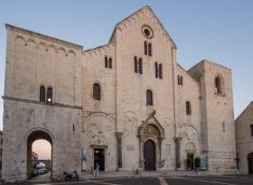 Basilika San Nicola am Abend