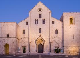 Basilika San Nicola (Bari) zur Blauen Stunde
