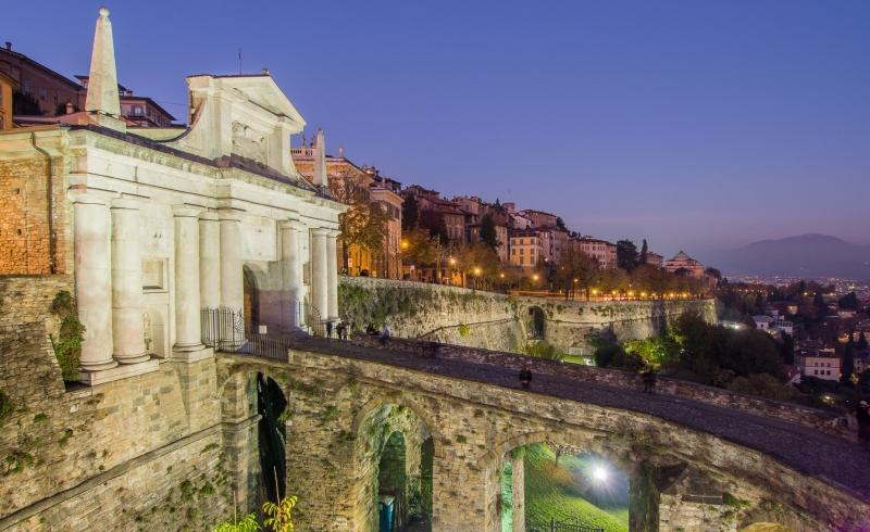 Porta S. Giacomo in Bergamo bij Nacht
