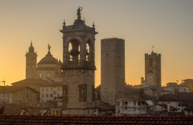 Skyline van Bergamo vanaf Rocco di Bergamo
