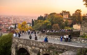 Zonsondergang bij de poort van Sint Jacob Bergamo