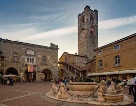 Piazza Vecchia in Bergamo met fontein in de voorgrond