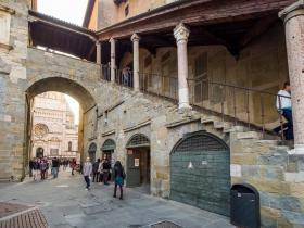 Piazza Vecchia met doorgang naar de dom van Bergamo