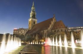 Berlin_Abend_Kirche+Brunnen.jpg