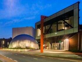 Continium Discovery Center Kerkrade bij nacht