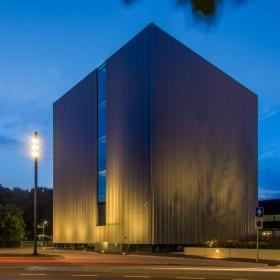 Cube Design Museum als deel van het Continium Museum tijdens het blauwe uur