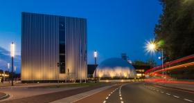 De Cube van het Continium Museum in de voorgrond