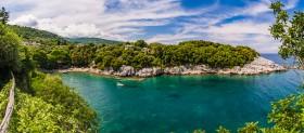 Panorama over de natuurlijke haven van Damouchari (Pilion)