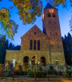 Heilig Hart van Jezuskerk vooraanzicht bij nacht