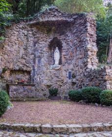 Lourdesgrot achter de kerk in Haanrade