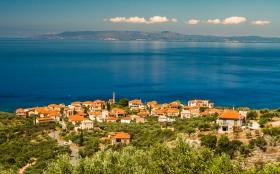 Kardamili Panorama met Koroni in de achtergrond
