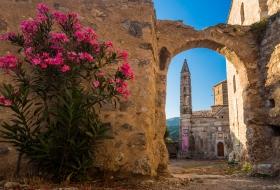 Agios Spyridon Kerk in Oud Kardamili door een boog gezien