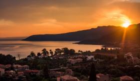 Zonsondergang boven Kardamili