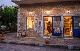 Winkeltje in Kardamyli met verlichting
