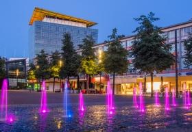 Marktplein in Kerkrade met de prachtig verlichte fontein in de avond