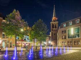 De Markt in Kerkrade met fonteintjes en de Sint-Lambertuskerk in de achtergrond