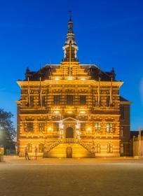 Het Raadhuis van Kerkrade tijdens het blauwe uurtje