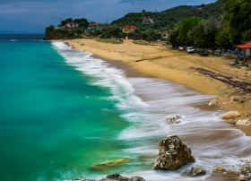 Wellengang am Strand von Mikro