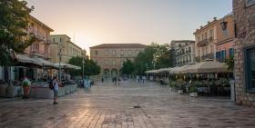 Syntagmaplein van Nafplio kort voor zonsondergang