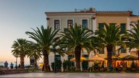 Cafés aan het plein voor de Agios Nikolaos van Nafplio