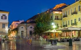 Nafplio - Syntagmaplein met burcht tijdens het blauwe uurtje
