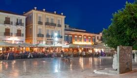 Tavernes bij nacht aan het Syntagmaplein in Nafplio