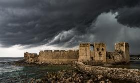 Onweerswolk boven het kasteel van Methoni