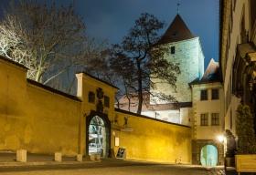 Ingang van de Praagse burcht bij nacht