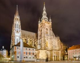 Kathedraal van Praag bij nacht