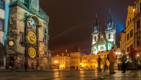 Het plein van de oude stad Praag bij nacht