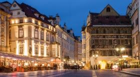 Haus zur Minute Prag bei Nacht