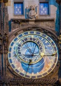 Prager Rathausuhr bei Nacht