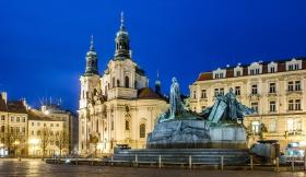 Jan Hus Memorial met daarachter de Sint-Nicolaaskerk in Praag