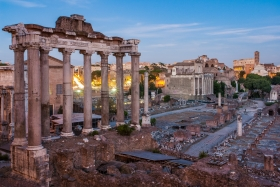 Forum Romanum mit Kolosseum im Hintergrund