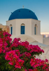 Santorini - Oia - Ekklisia Analipsi achter bloemen