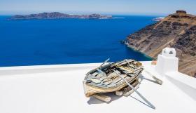 Santorini - Firostefani - Een boot op een dak