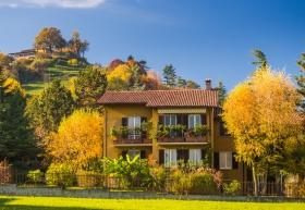 Een huis aan de Via Valverde in Bergamo in prachtige herfstkleuren