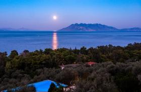 Zwembad van hotel Yialasi met maanlicht