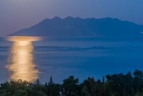 Het maanlicht reflecteerd voor Methana