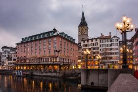 Zuerich Hotel zum Storchen und StPeter vom Limmat Ufer