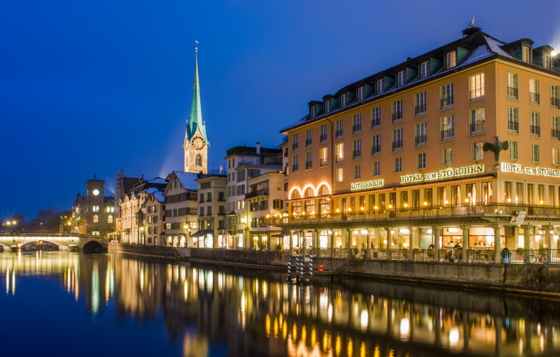 Zuerich Limmatufer mit Hotel zum Storchen FrauMuenster und Muensterbruecke